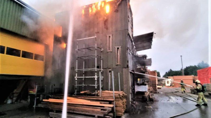 Brandweer Soesterberg voert water aan bij containerbrand