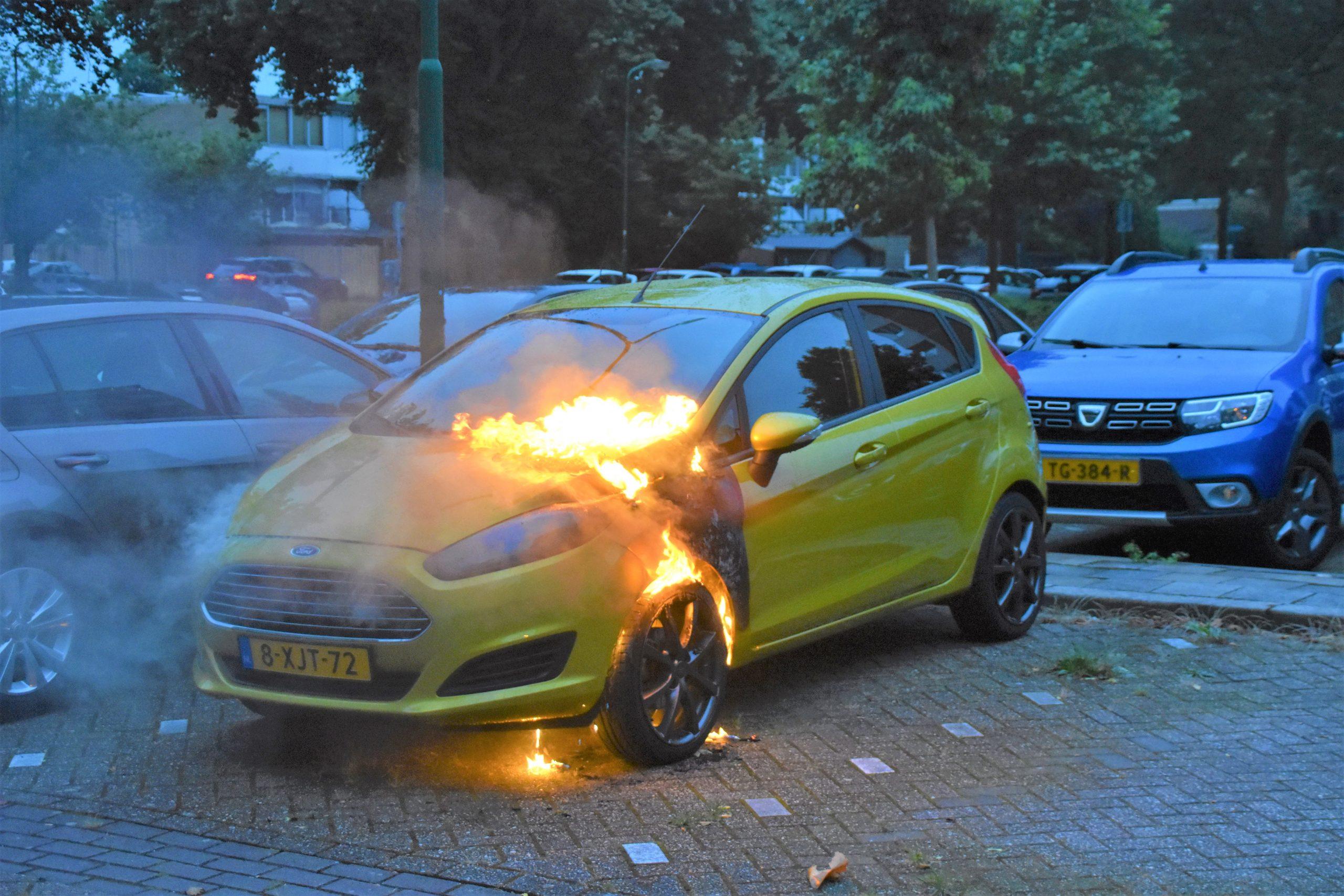 Auto in brand op parkeerplaats
