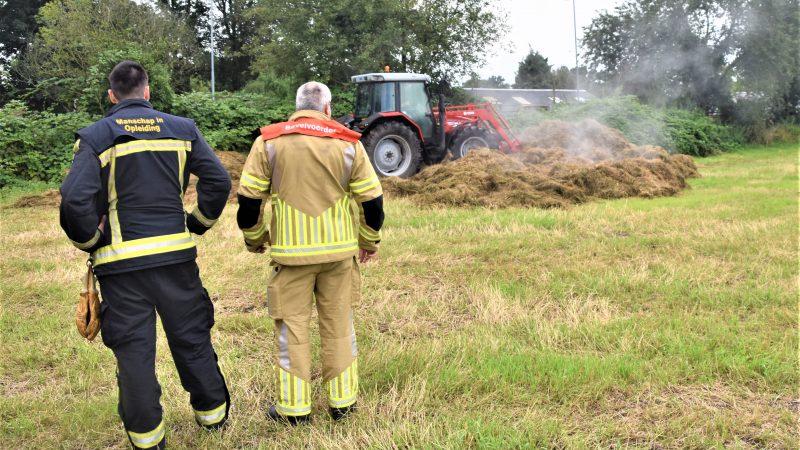 Brandweer roept hulp in van kraan bij hooibroei
